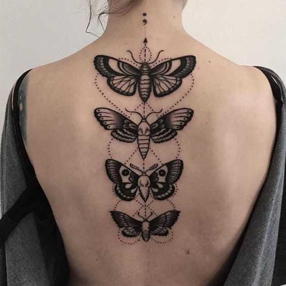 Figura motylkov na coluna da menina