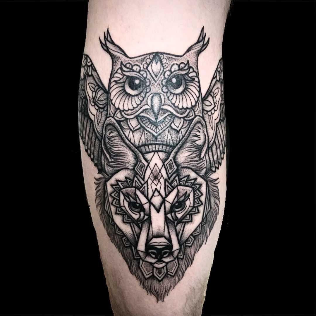 Figura totem coruja e o lobo sobre a perna de homens