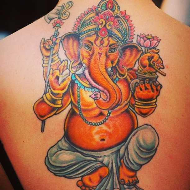 Foto a cores da tatuagem de ganesh em estilo indiano, na parte de trás da menina