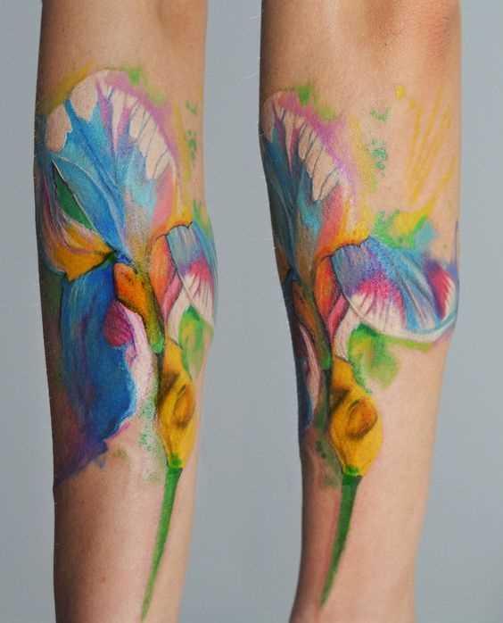 Foto a cores da tatuagem íris no antebraço da menina