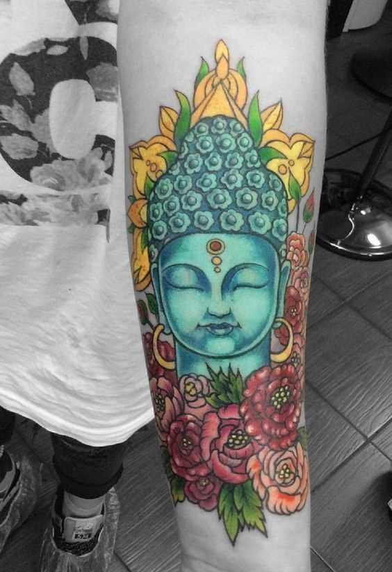 Foto a cores de tatuagem de buda em estilo indiano, no antebraço cara