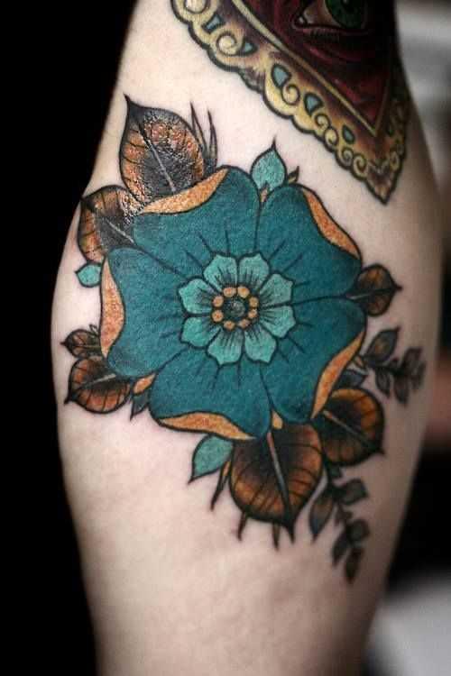 Foto a cores de tatuagem de magnólia no quadril da menina