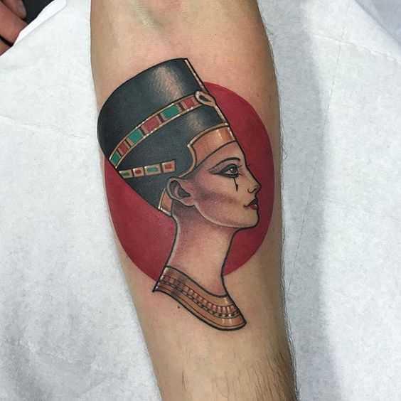 Foto a cores de tatuagem nefertiti em estilo egípcio no antebraço cara