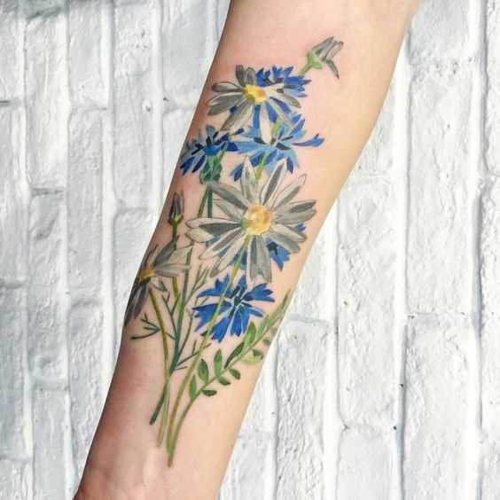 Foto da bela tatuagem de margaridas no antebraço da menina