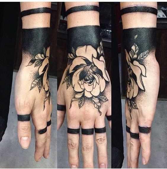Foto da bela tatuagem de rosas no estilo blackwork no pincel menina