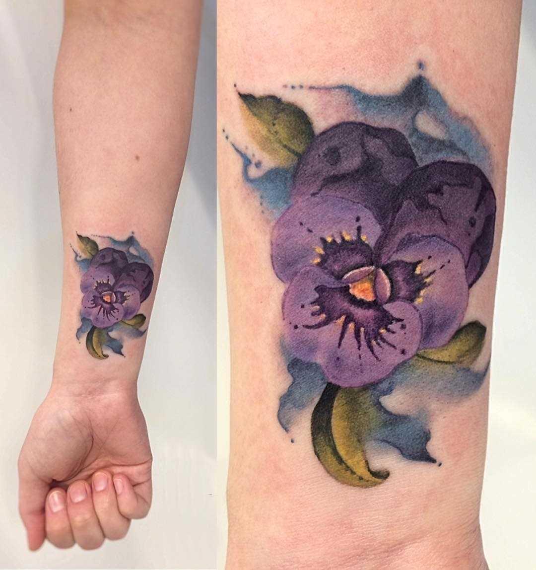 Foto da bela tatuagem de violeta no pulso da menina