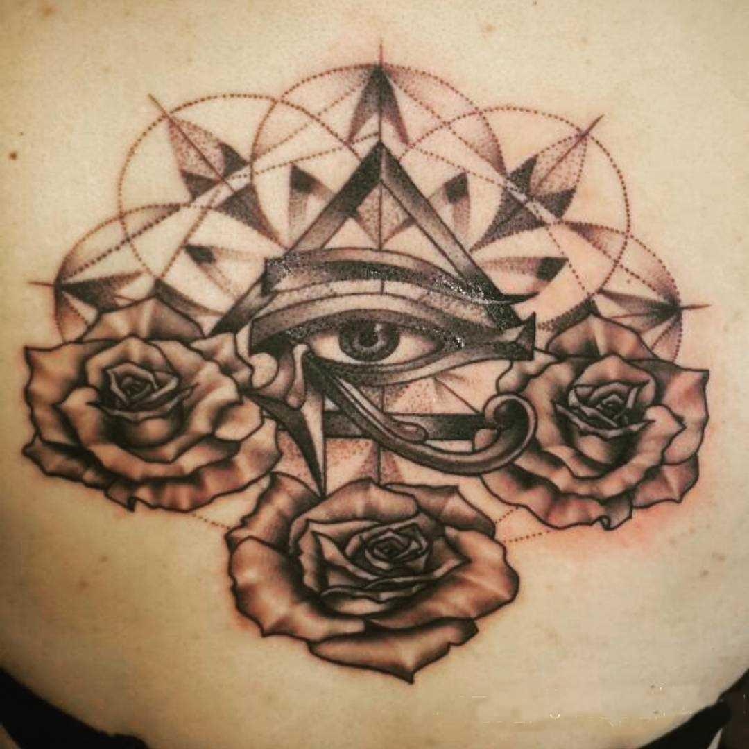 Foto da bela tatuagem piscar de olhos que tudo vê na parte de trás da menina