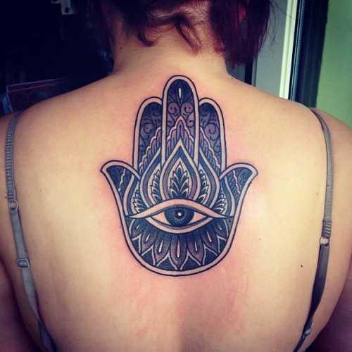 Foto da tatuagem da mão de miriam no bairro judeu de estilo na parte de trás da menina