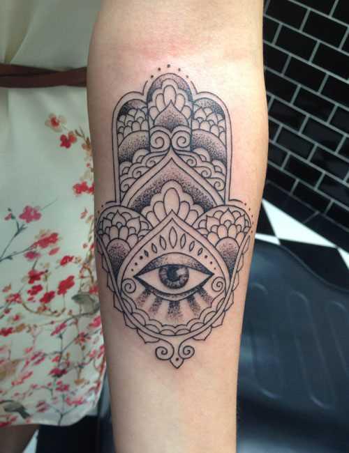 Foto da tatuagem da mão de miriam no bairro judeu de estilo no antebraço da menina