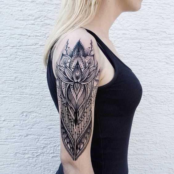Foto da tatuagem em estilo barroco no ombro da menina