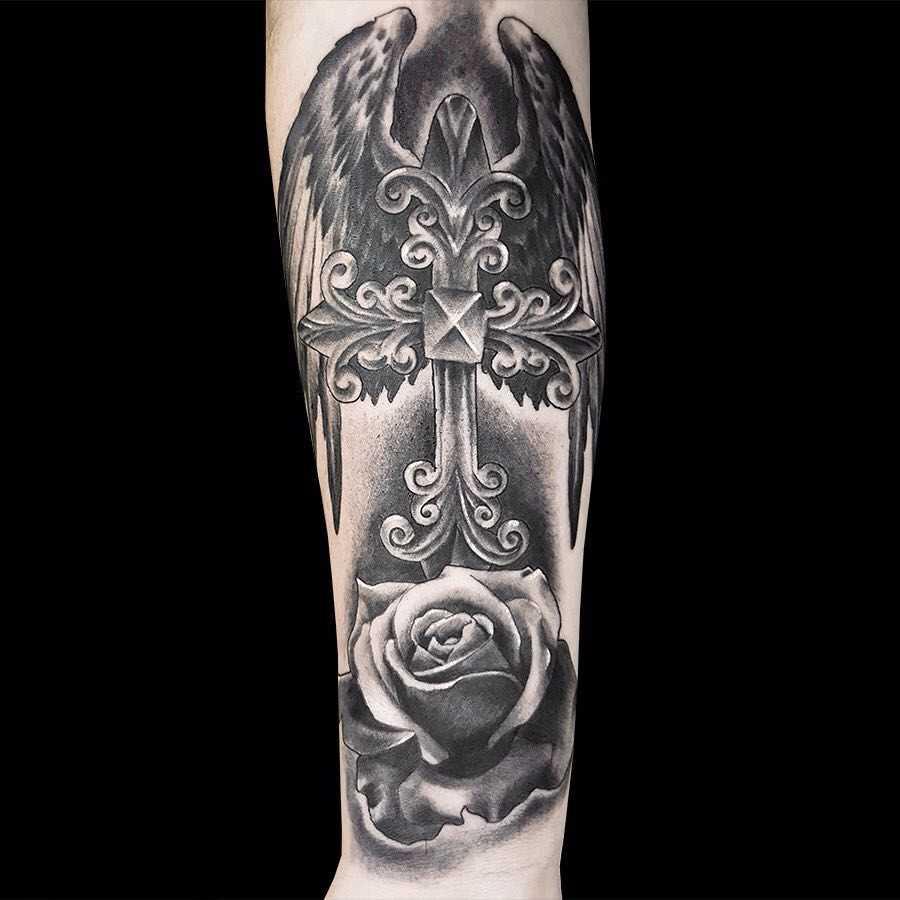 Foto da tatuagem em estilo gótico no antebraço cara