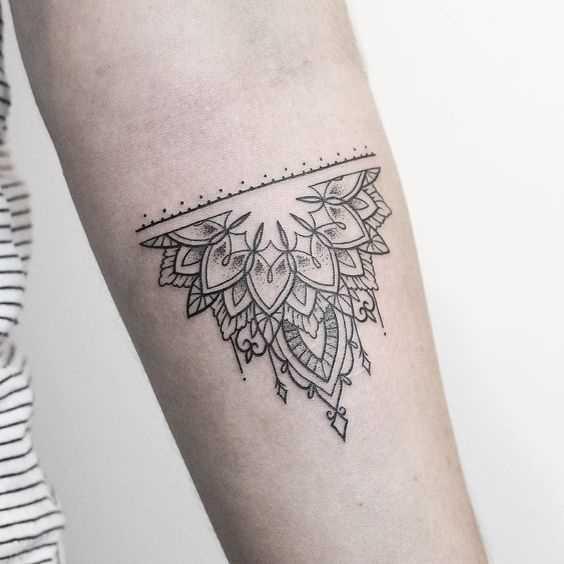 Foto da tatuagem em estilo indiano, no cotovelo da menina