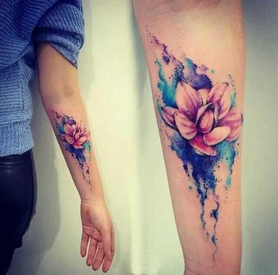 Foto da tatuagem, lírios de água no antebraço da menina