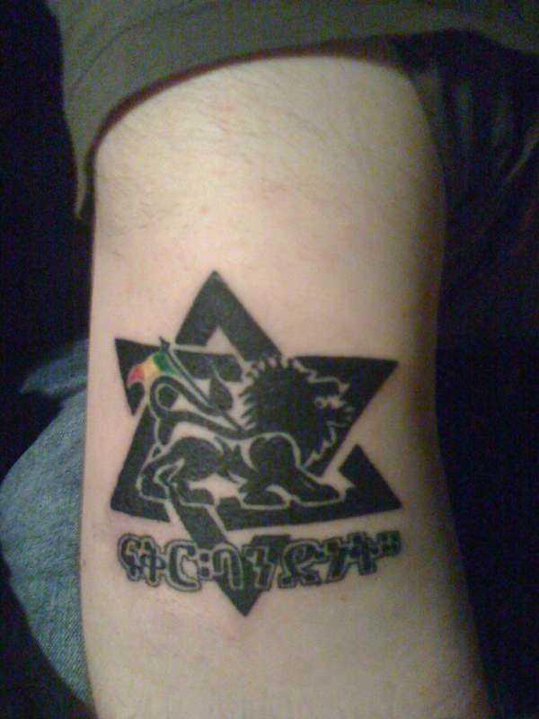 Foto de uma tatuagem de estrela de davi em hebraico estilo na mão de um cara