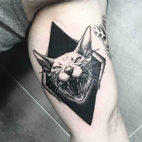 Foto de uma tatuagem de gato em grande estilo blackwork na mão de um cara