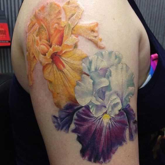 Foto de uma tatuagem de íris no ombro da menina