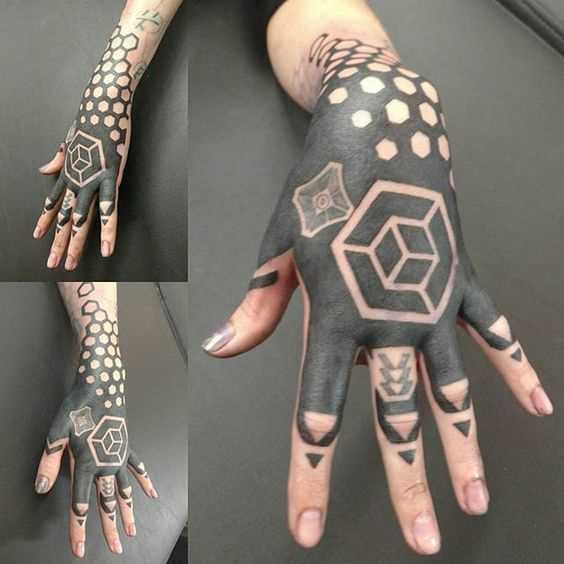 Foto de uma tatuagem em estilo blackwork no pincel menina