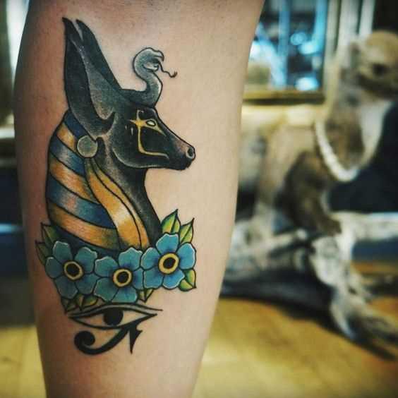 Foto de uma tatuagem em estilo egípcio no antebraço cara