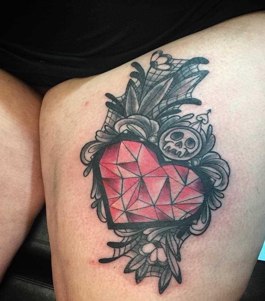 Foto de uma tatuagem em estilo gótico no quadril da menina