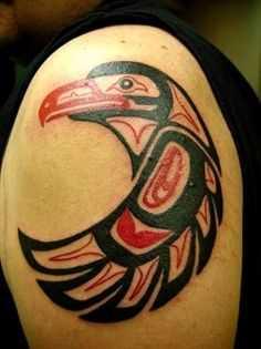 Foto de uma tatuagem em estilo haida no ombro do cara