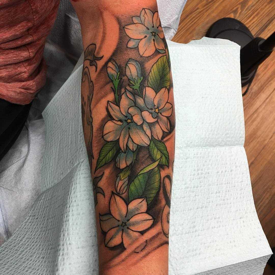 Foto de uma tatuagem zhasminov no antebraço da menina