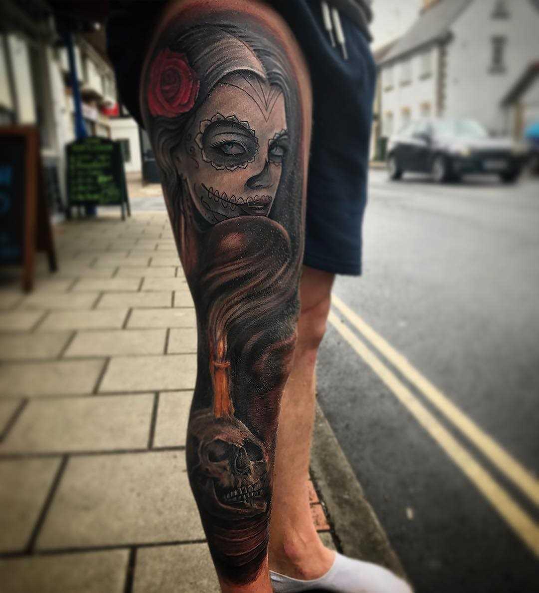 Foto íngreme da tatuagem em estilo gótico no pé do cara