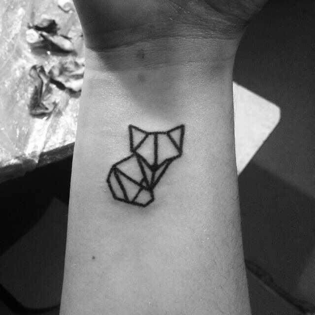 Foto pequena tatuagem de uma raposa no estilo handpoke no pulso cara