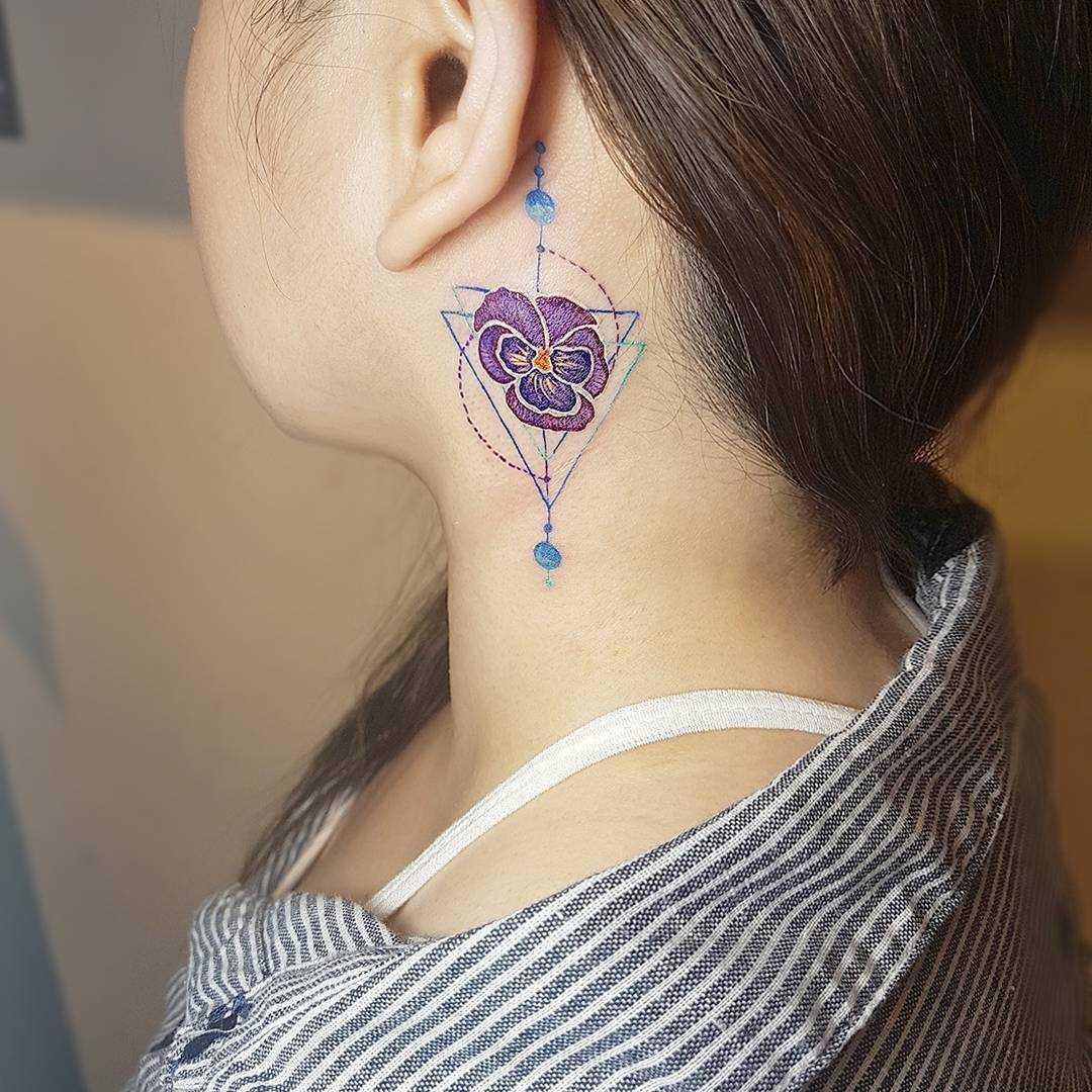 Foto pequena tatuagem de violeta em volta do pescoço da menina