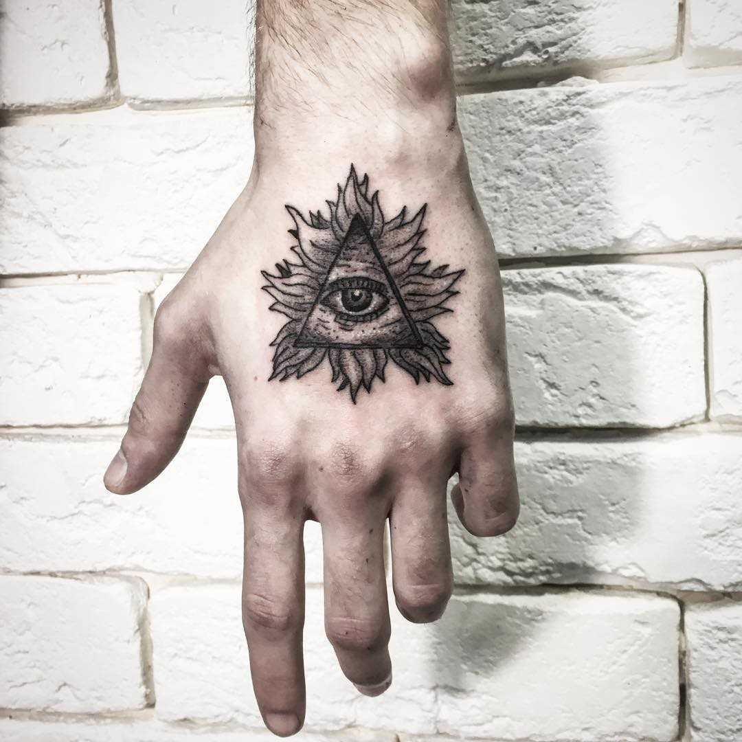 Foto pequena tatuagem piscar de olhos que tudo vê no pincel cara