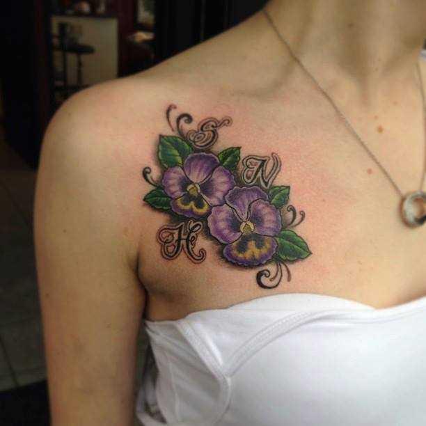 Foto tatuiroki de violetas na clavícula menina