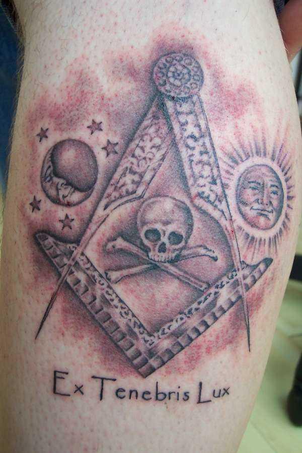 Fotos de tatuagem circulatório e naugolnika em masonskom estilo sobre a perna de um cara