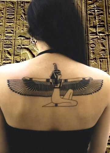 Fotos de tatuagem da deusa isis em estilo egípcio na parte de trás da menina