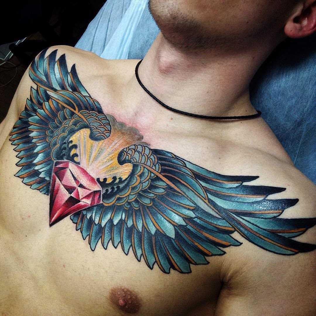 Fotos de tatuagem de asas no estilo newschool na cara no peito