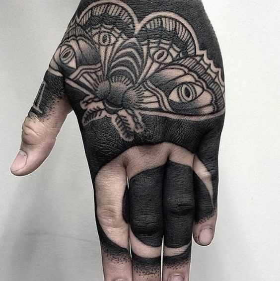Fotos de tatuagem de borboleta no estilo blackwork no pincel cara