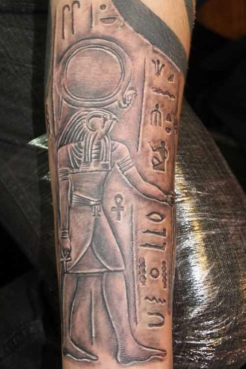 Fotos de tatuagem de deus montanha em estilo egípcio no antebraço cara