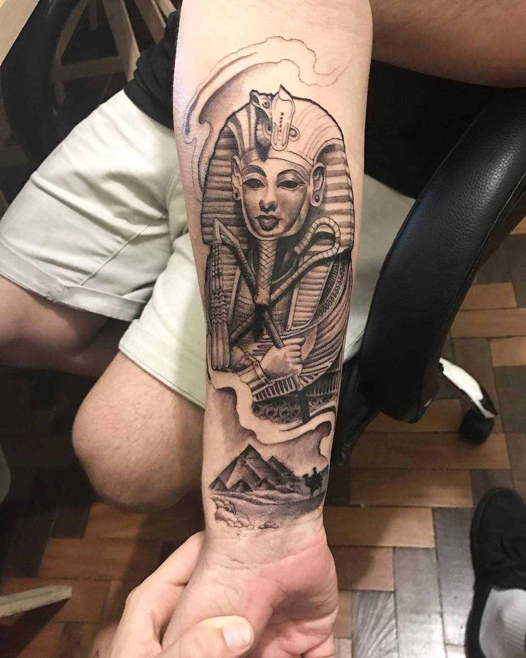 Fotos de tatuagem de faraó no estilo egípcio no antebraço cara