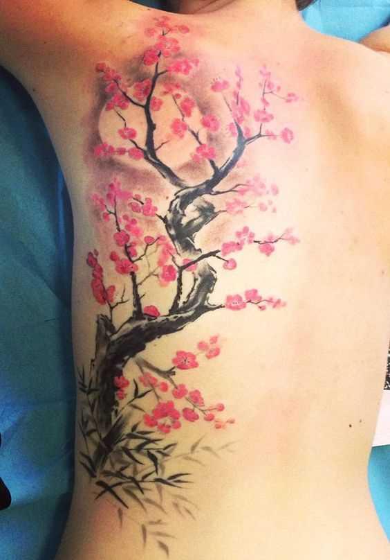 Fotos de tatuagem de flor de cerejeira em estilo oriental nas costas da menina