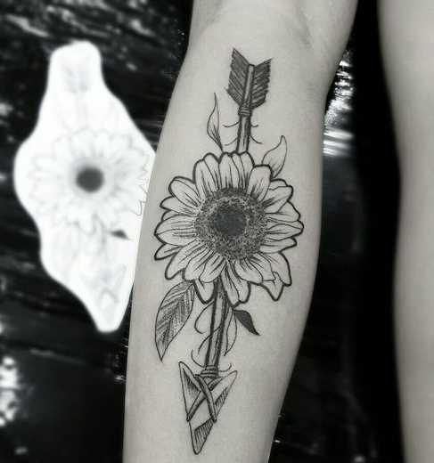 Fotos de tatuagem de girassol com uma flecha no antebraço da menina