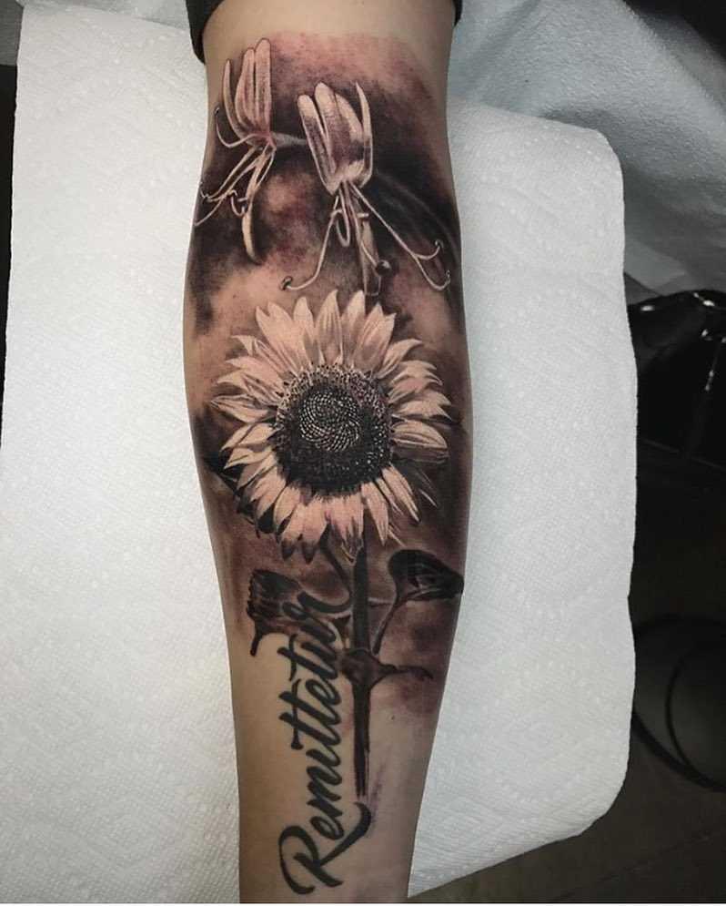 Fotos de tatuagem de girassol com uma inscrição no antebraço cara
