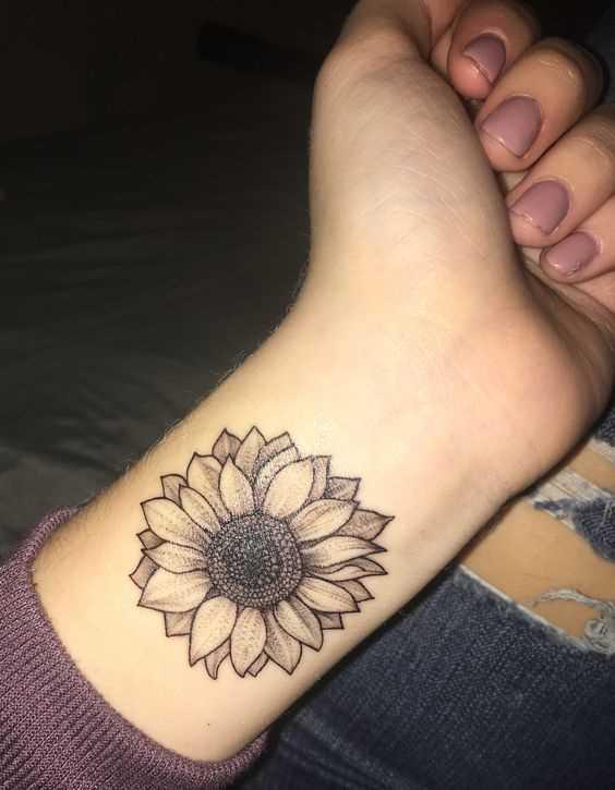 Fotos de tatuagem de girassol no pulso da menina
