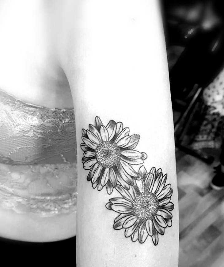 Fotos de tatuagem de margaridas na mão da menina