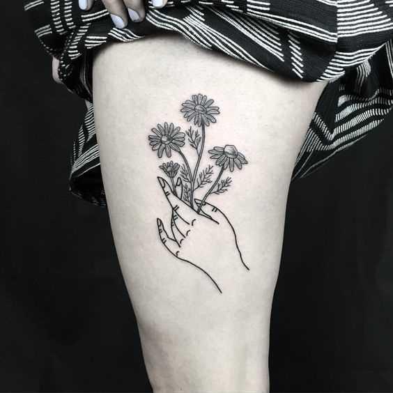 Fotos de tatuagem de margaridas no quadril da menina
