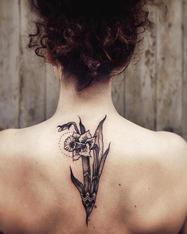 Fotos de tatuagem de narcisos na coluna da menina