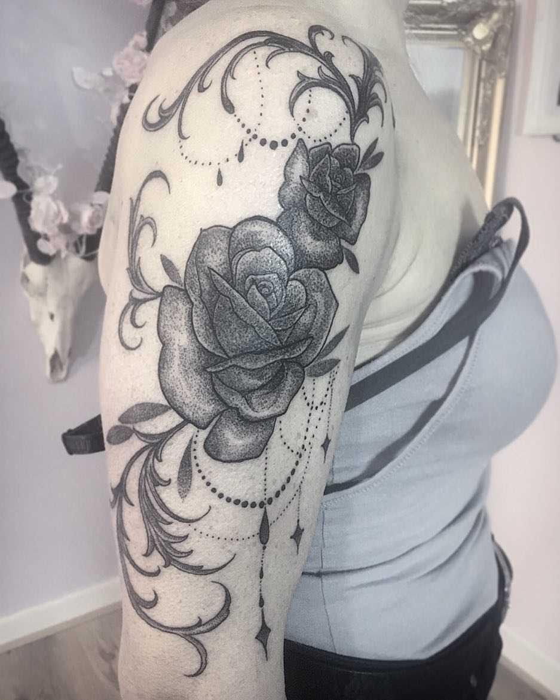 Fotos de tatuagem de rosas em estilo gótico no ombro da menina