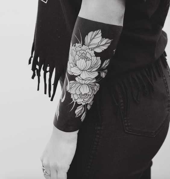 Fotos de tatuagem de rosas no estilo de blackwork em predpeche menina