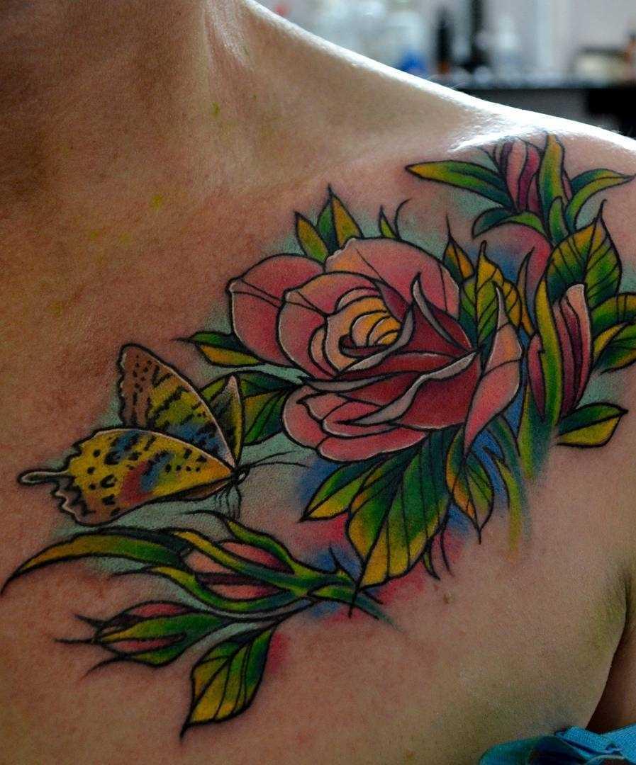 Fotos de tatuagem de rosas no estilo newschool na clavícula menina