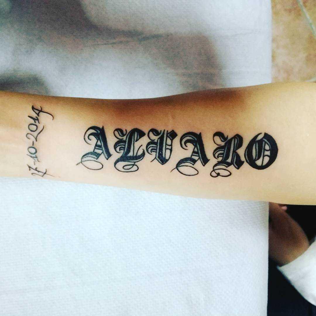 Fotos de tatuagem de texto em estilo gótico no antebraço da menina