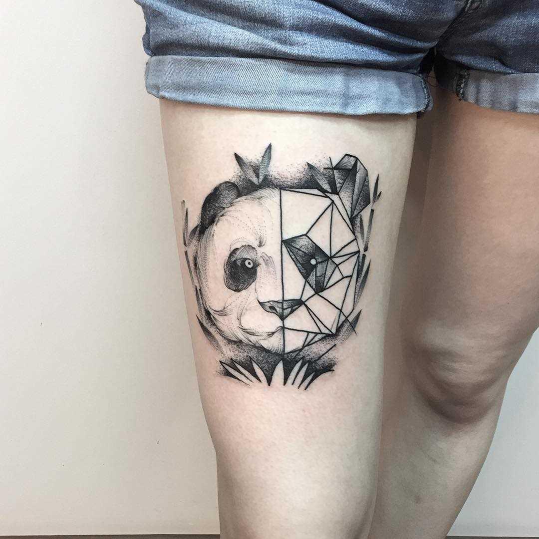 Fotos de tatuagem de um panda no estilo de geometria no quadril da menina