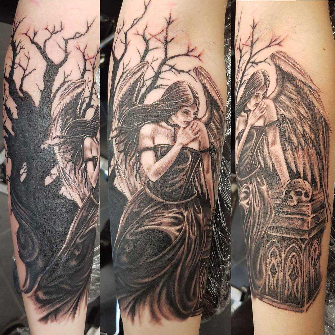 Fotos de tatuagem de uma menina de estilo gótico no antebraço cara