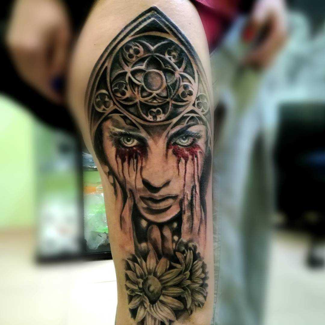 Fotos de tatuagem de uma menina de estilo gótico no quadril da menina